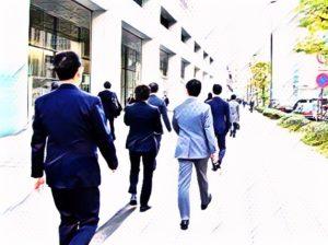健康ニュース「オフィス街を通勤で歩く日本人男性サラリーマン」。家から会社に向かい、朝の通勤時間に歩くサラリーマン。日本人の1日の歩数平均は世界4位で6,000歩台だが、健康面を考えると8,000歩は必要らしい。
