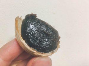 黒にんにくは三重県が発祥。本当に黒くて、柔らかい。ご飯のおかずにしたら食が進みそう!!