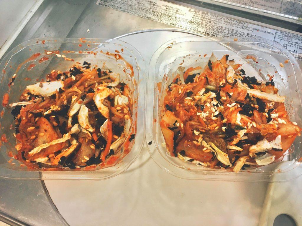 キムチと乾物を混ぜ、乾物がふやけるようにする