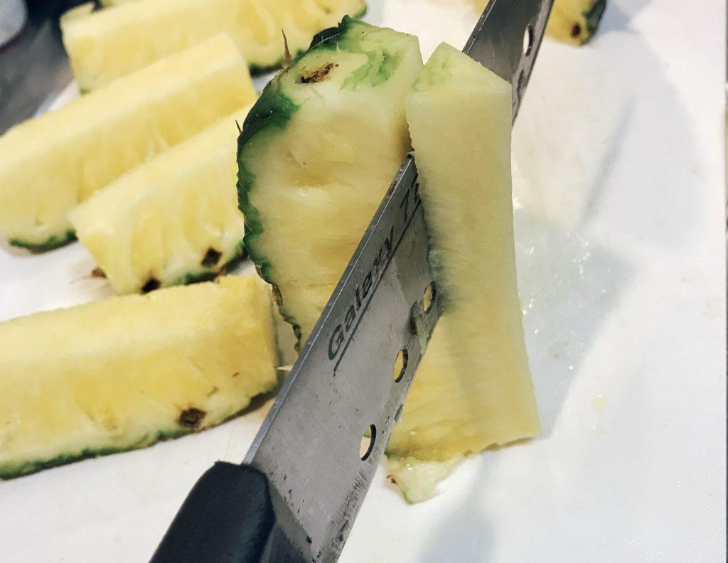 パイナップルをブロックにカットするのは簡単 4
