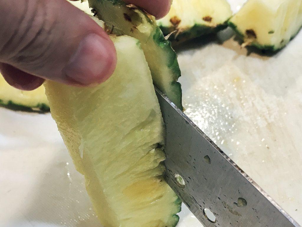 パイナップルをブロックにカットするのは簡単 5